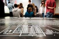 Des lycéens dans l'exposition permanente du Mémorial de la Shoah