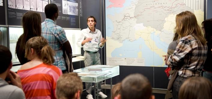 Lycéens devant des cartes, exposition permanente - Mémorial de la Shoah