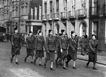 Les volontaires françaises défilent à Londres, le 14 juillet 1941.